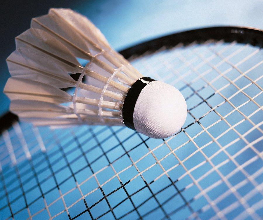 Фото перьевого волана и ракетки для игры в бадминтон