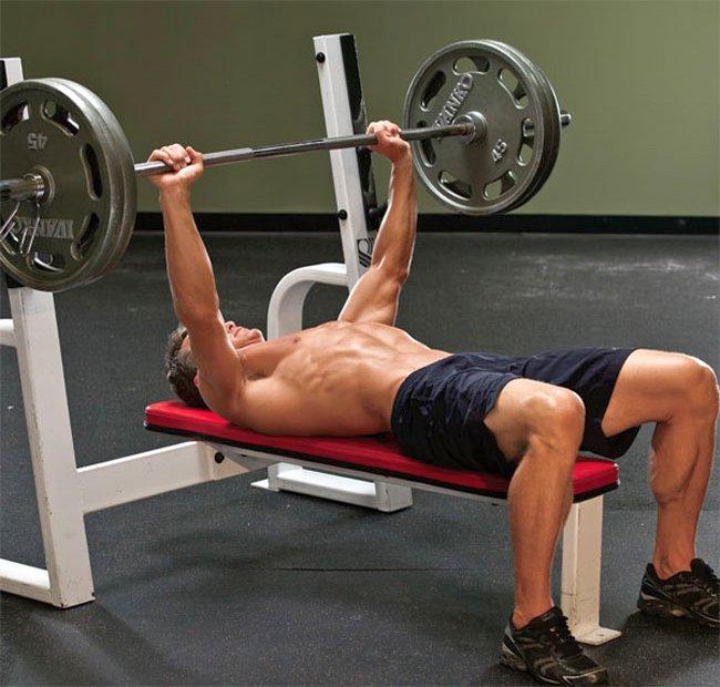 Упражнения на грудные мышцы в тренажерном зале: жим штанги лежа