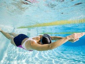 Как научиться плавать взрослому в бассейне