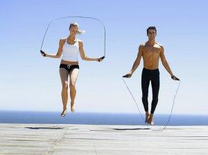 Девушка и парень прыгают со скакалкой