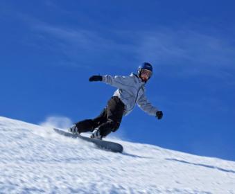 Сноубордист катается с горы
