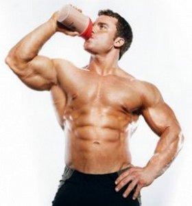 Спортсмен принимает протеин