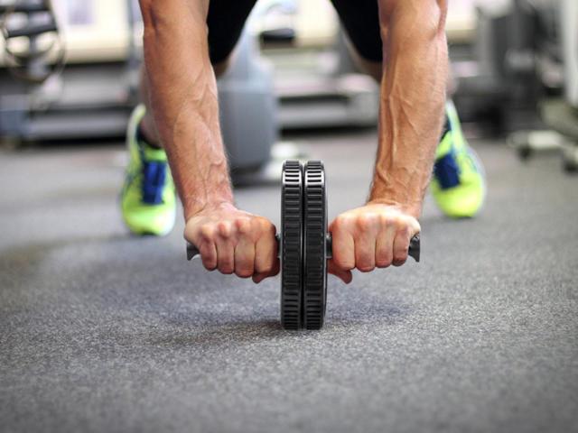 Ролик для пресса: упражнения, какие мышцы задействованы, эффективность, отзывы