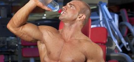 Как правильно употреблять воду и другие напитки во время занятий спортом