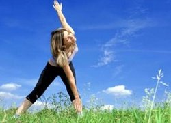 Девушка занимается физкультурой