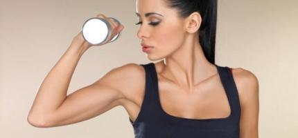 Действенный комплекс упражнений с гантелями для красивых женских рук