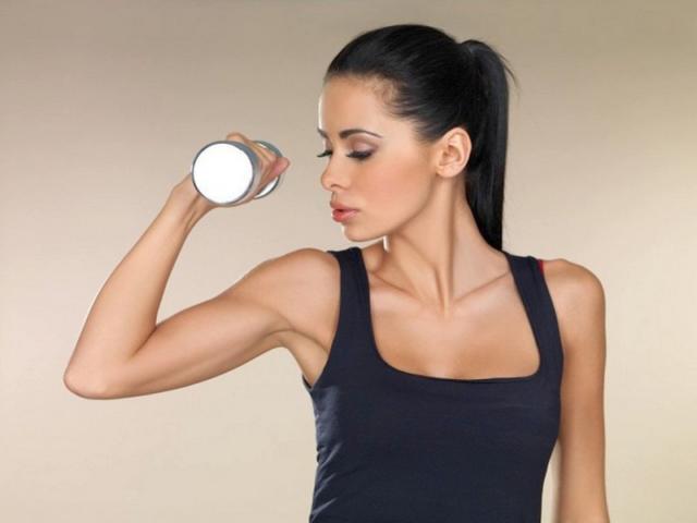 Упражнения для рук с гантелями для женщин