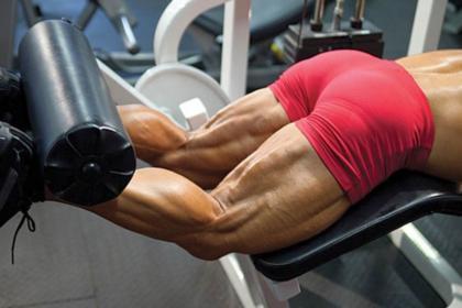 Упражнение на бицепс бедра: сгибание ног в тренажере лежа